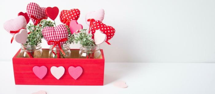 que regalar a tu novio ideas sencillas y bonitas, decoración casera para el día de San Valentín, caja de madera pintada en rojo con ornamentos en forma de corazones