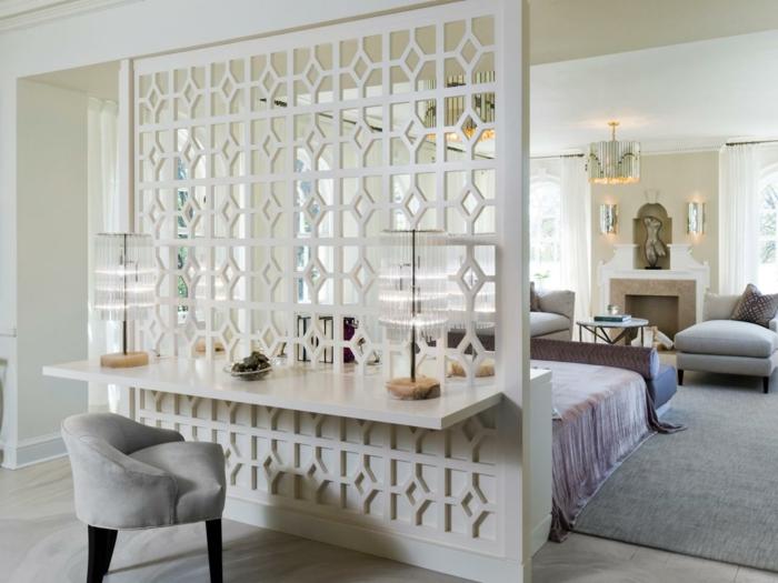separadores de ambientes, espacio en colores claros, separador de madera en blanco, suelo de madera, sillones de terciopelo