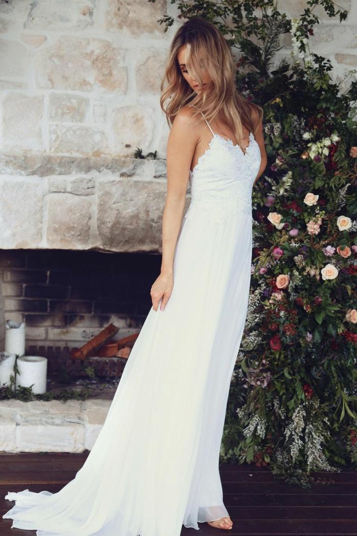 vestidos de novia, vestido de corte simple con ornamentos florales y correas muy finas, pelo suelto ligeramente ondulado