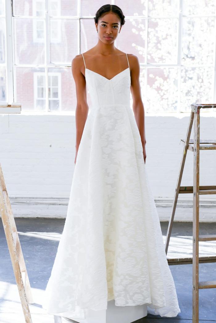 vestidos de novia sencillos, vestido largo en blanco con ornamentos florales, escote descubierto en v, pelo recogido en moño con trenzas