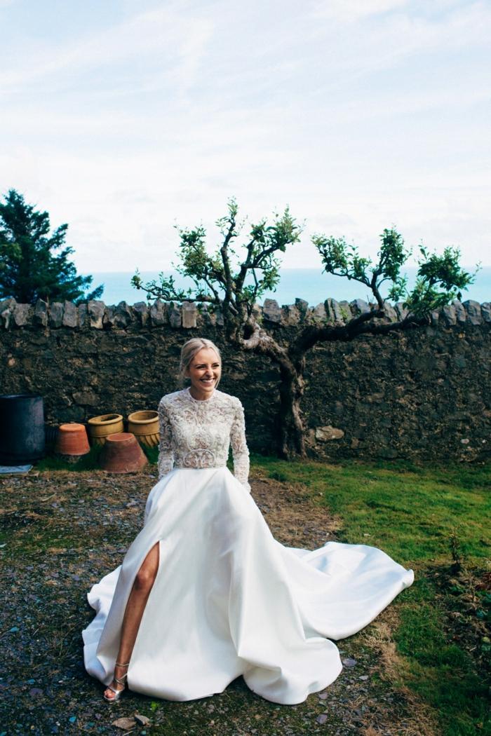 vestidos de novia modernos, vestido de corte moderno con parte superior de encaje, pelo recogido en moño apretado