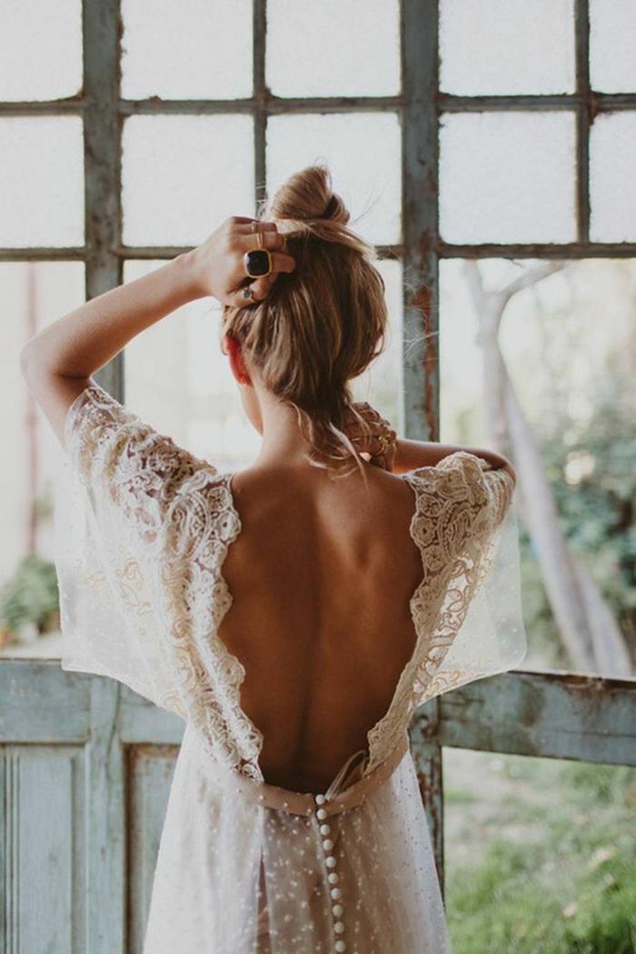 vestidos novia baratos, vestido de novia en estilo boho chic con espalda descubierta, vestido de encaje en color champán, pelo recogido