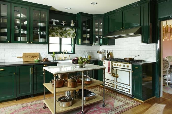 cocinas renovadas decoradas en nuevo estilo, cocina pintada en verde oscuro saturado, barra en ruedas multifuncional