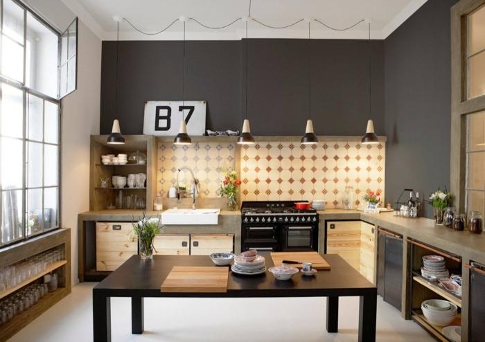 cocinas modernas en nuevo estilo, cocina espaciosa decorada en gris oscuro y beige, grande mesa de madera en la mitad