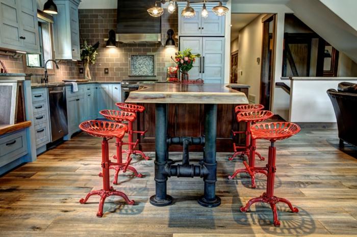 ideas en nuevo estilo para la decoración de tu hogar, cocina industrial con sillas de barra de metal en rojo, meda de madera con piernas de hierro