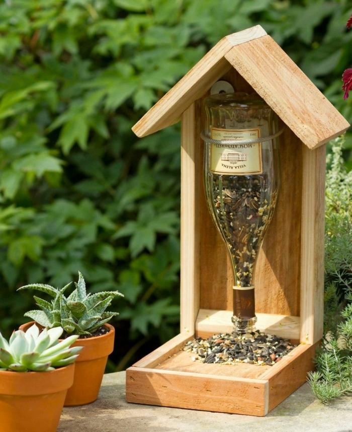 como hacer un comedero para pajaros de materiales reciclados, ideas con botellas de vino, manualidades útiles