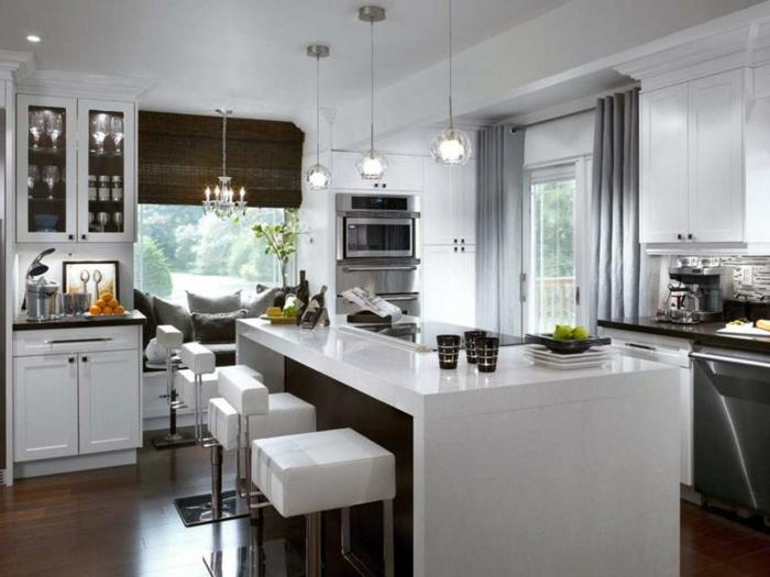 ikea cortinas, cocina en blanco y gris con estores de bambú en color oscuro, lámparas modernas colgantes, cortinas largas en gris