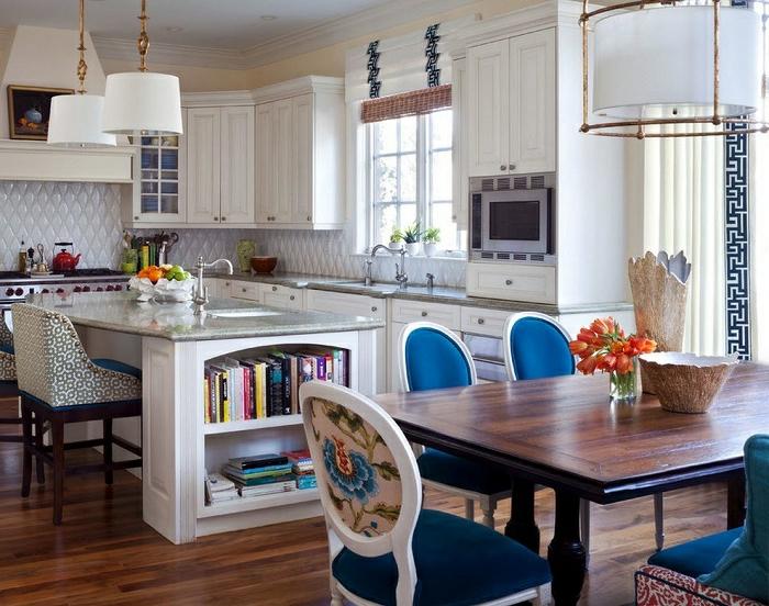 ikea cortinas, cocina con comedor, interior en blanco con detalles en azul, cortinas aireadas en blanco con motivos en azul