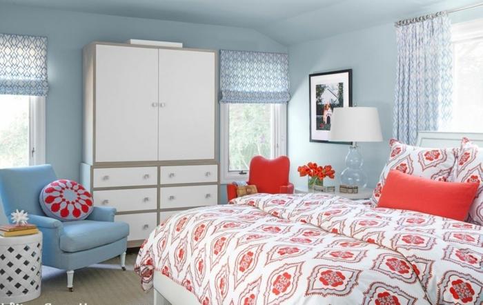 habitación acogedora decorada con detalles en azul celeste y rojo, muebles vintage y decoración de cuadros