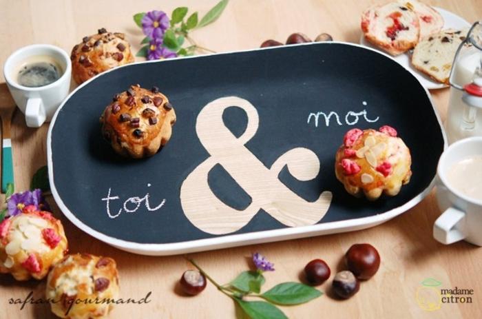 propuestas de regalos romanticos para el día de los enamorados, tablero con mensaje romántico y cupcakes decorados de frutas secas
