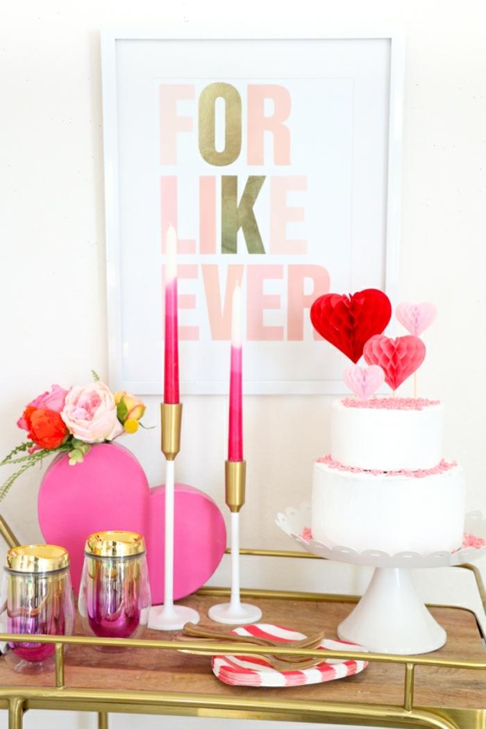 cosas DIY que regalar a tu novio, decoración casera con detalles en color rosa y rojo, tarta de nata decorada con palillos de corazones