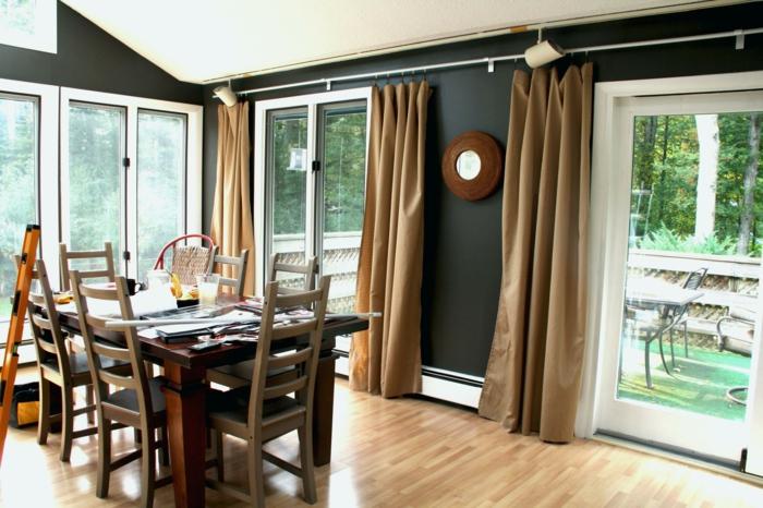cortinas de cocina, precioso contraste entre las paredes en negro y las cortinas en beige, suelo de parquet y grandes ventanales