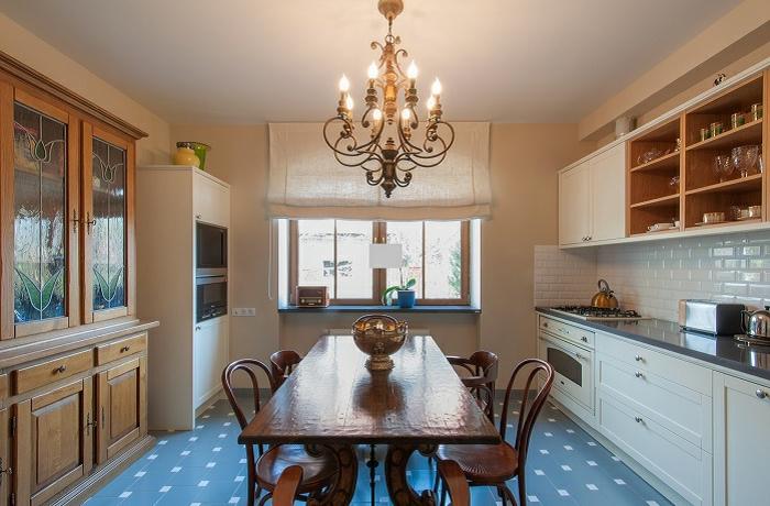 ikea cortinas, cocina con comedor en estilo clásico con grande candelabro vintage, suelo de azulejos, armario de madera
