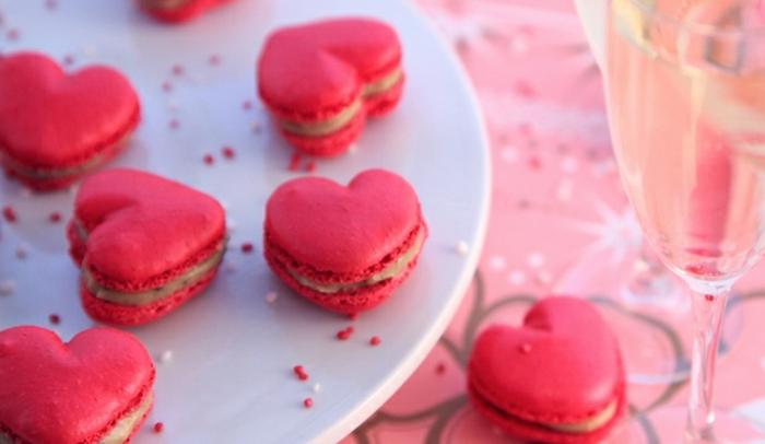ideas para regalos romanticos, macarrones en color rosa en forma de corazones, galletas decorativas hechas a mano