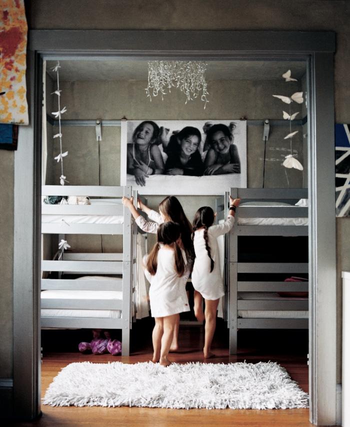 decorar con fotos, propuesta encantadora para decorar el cuadro infantil, fotografía grande en blanco y negro de tres hermanas
