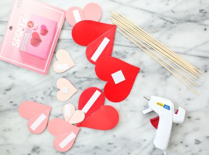 materiales necesarios para elaborar regalos romanticos hechos a mano, corazones de cartón, palillos de madera, pistola de pegamento