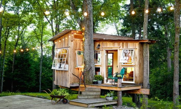 mini casas, preciosa cabaña de madera de tamaño pequeño, base apoyado en los árboles, escaleras originales
