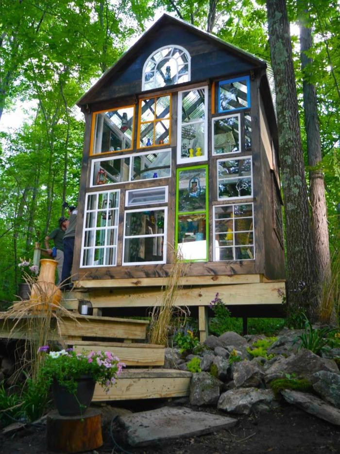 mini casas, ilusión óptica lograda a través del uso de muchas ventanas en diferentes colores, casa de madera con bóveda