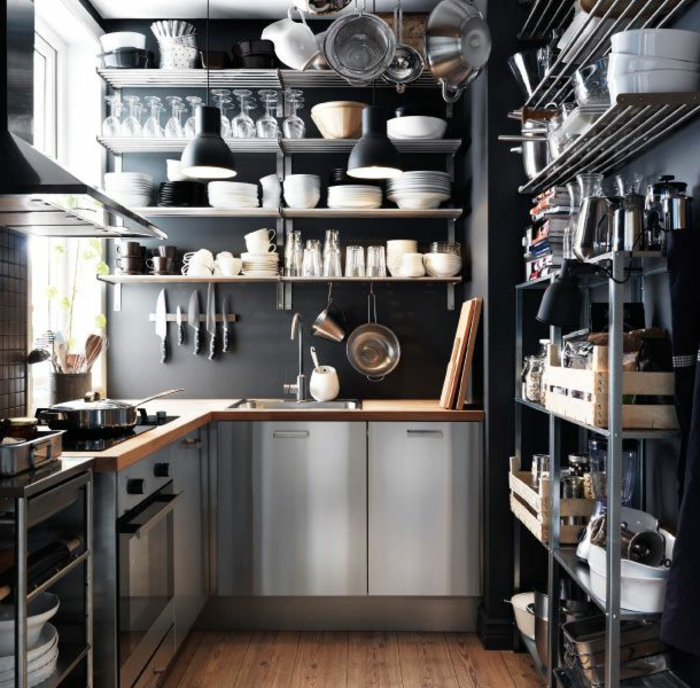 cocina pequeña decorada en nuevo estilo, muchos estantes, muebles funcionales y pequeños y lámparas vintage