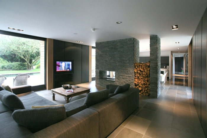 separadores de ambientes, grande espacio decorado en gris, salón espaciosos con separador de ambientes de ladrillos, grande ventanal con vista