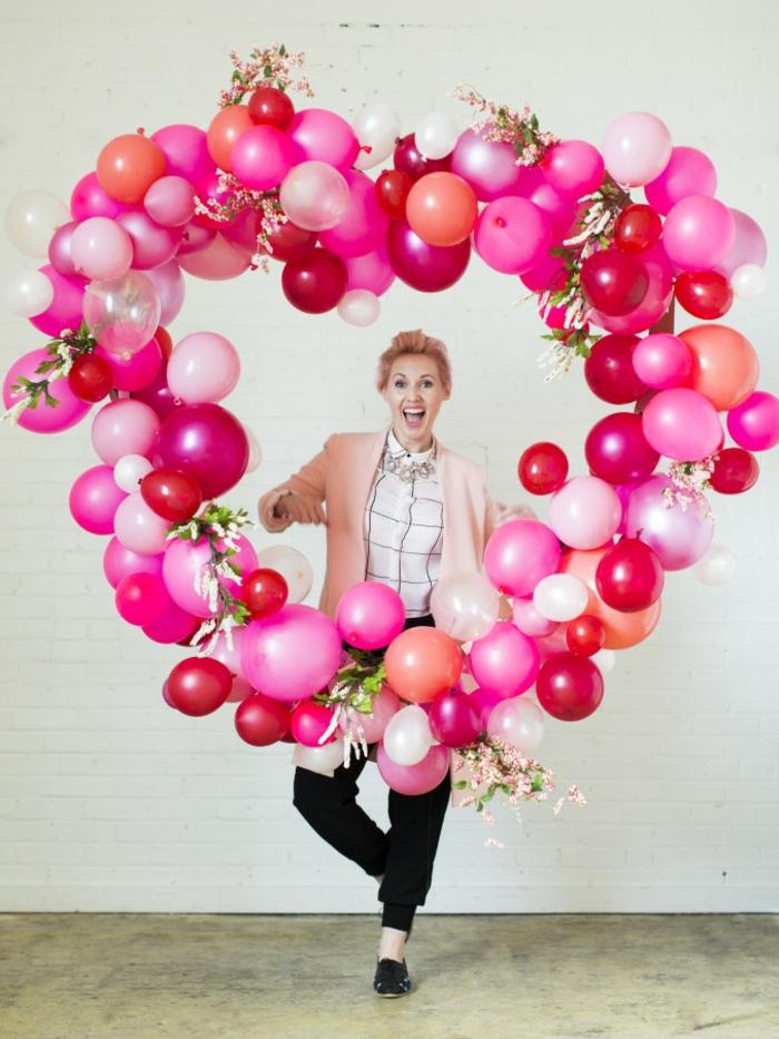 decoración DIY para el día de los enamorados, corazón grande hecho de globos de diferente tamaño en blanco, rojo y rosado, regalos romanticos paso a paso