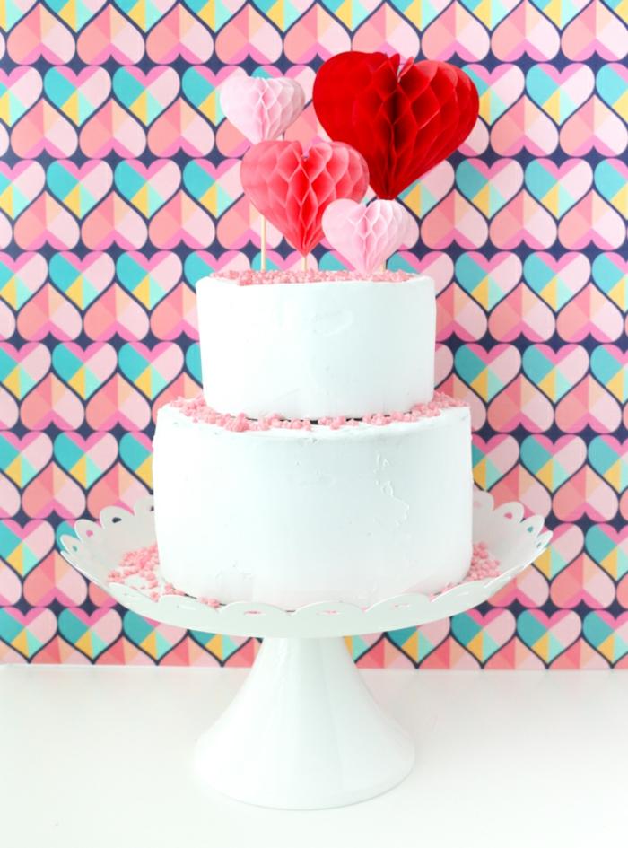 tarta de nata en grande decorada de motivos de papel en forma de corazones, regalos romanticos para sorprender a tu novio