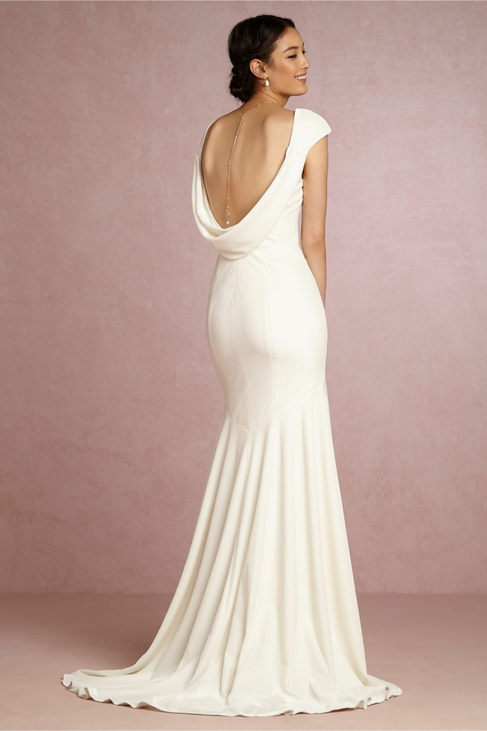 vestidos novia baratos, vestido de corte sirena con espalda descubierta, collar de espalda elegante y pelo recogido en moño bajo