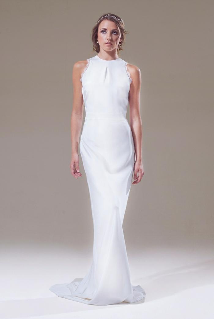 vestidos novia baratos, vestido blanco clásico de sirena, modelo sin mangas y escote halter, pelo recogido con adorno