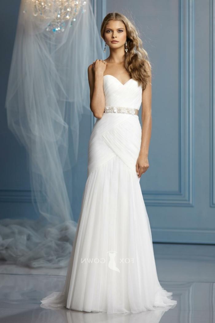 vestidos novia baratos, preciosa propuesta de corte sirena con escote corazón y pelo largo ondulado peinado a un lado