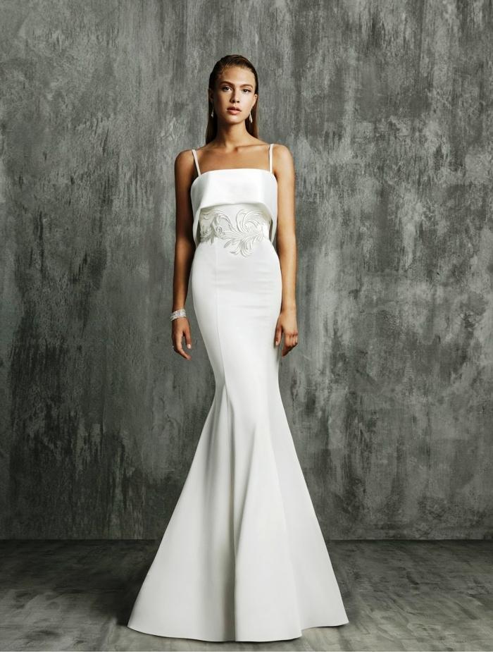 vestidos de novia sencillos, precioso vestido de diseño simple con líneas limpias y poca decoración, corte sirena y correas delgadas