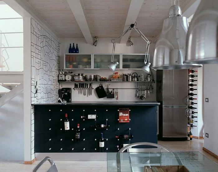 ideas original para la cocina, estantes modernos y elementos vintage, cocinas blancas con detalles en colores