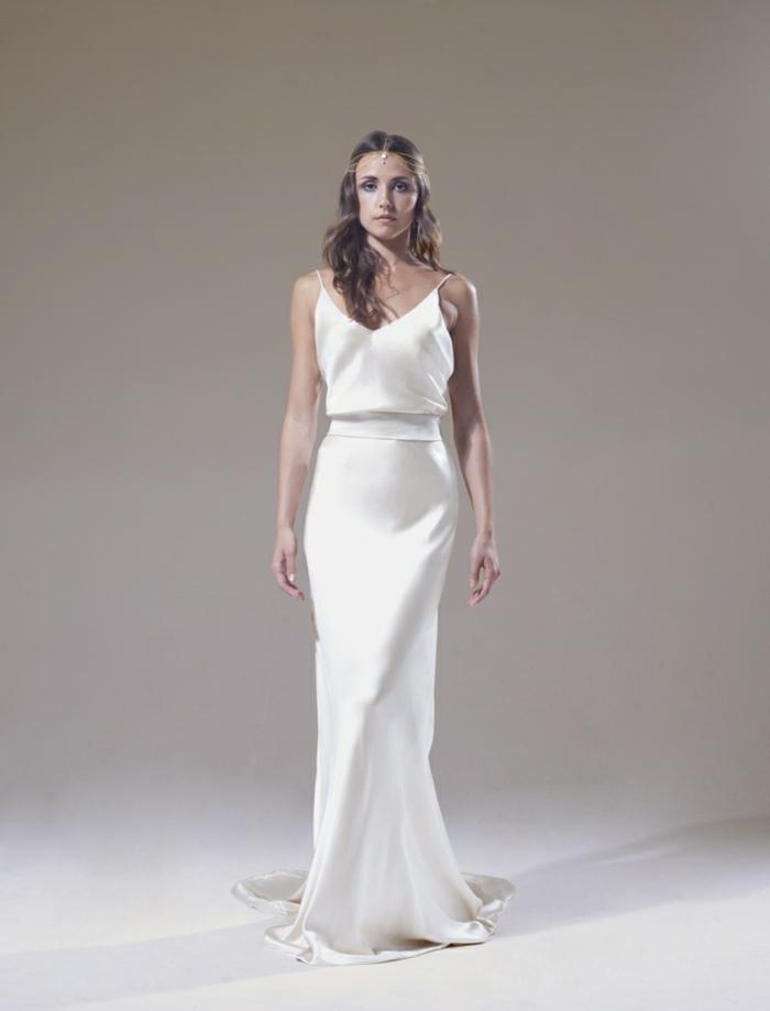 vestidos bonitos, vestido de líneas limpias y silueta simple, correas muy finas, corte de vestido recto y pelo ondulado suelto