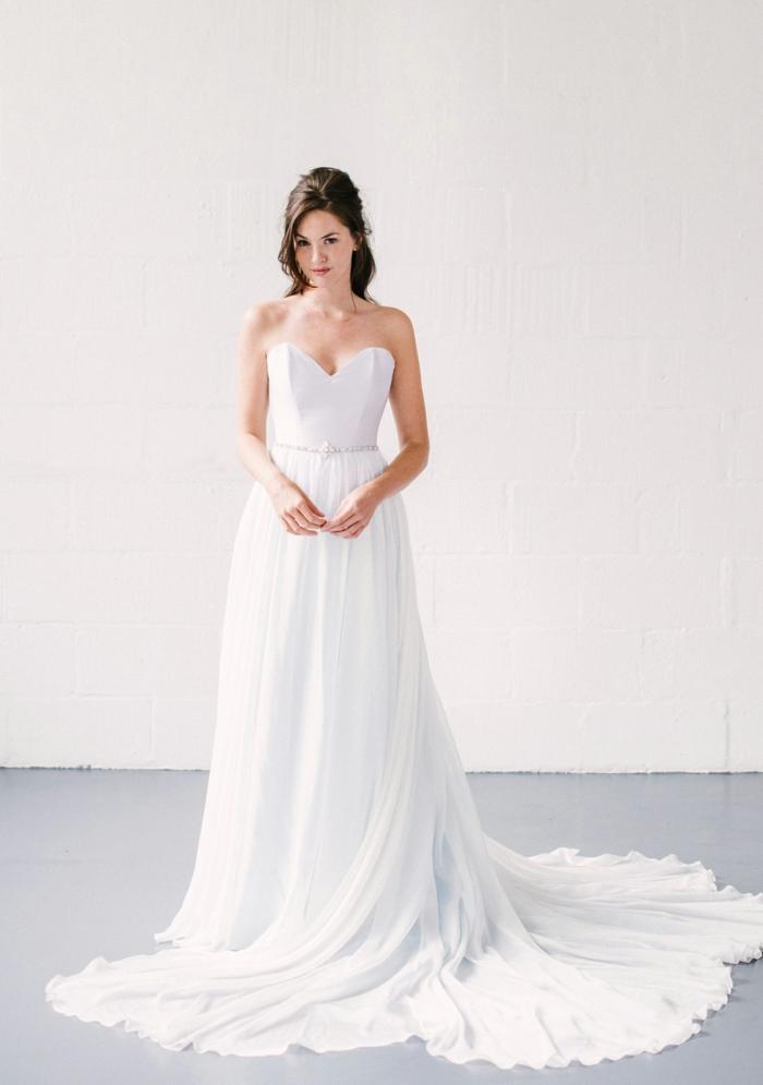 vestidos bonitos, vestido muy largo con escote corazón y pelo semirecogido, falda aireada muy larga