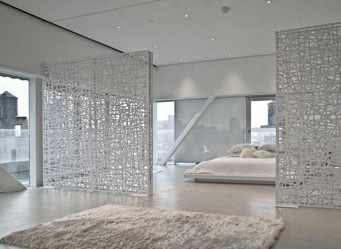 biombos ikea, precioso interior en blanco con techo alto, grandes ventanales, lámparas empotradas, separadores de ambientes originales y alfombra peluda