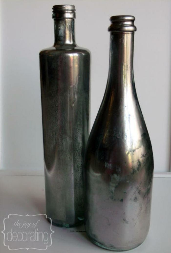 como decorar unas botellas de vino recicladas, pintura color plata, jarrones de botellas de vidrio, ideas para manualidades recicladas