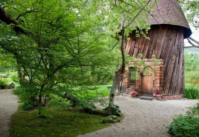 mini casas, bonita propuesta de cabaña de madera de diseño interesante colocada en el bosque, revestimiento de madera y techo con ladrillos