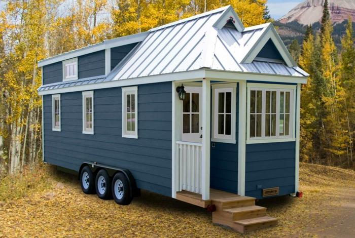 casas moviles, casa pequeña en ruedas hecha de madera pintada en azul y blanco, precioso ejemplo de casa prefavbricadas