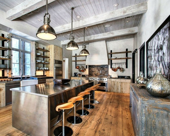 grande cocina revestida en lámina con techo con vigas de madera y suelo de parquet, sillas de barra de madera con diseño en nuevo estilo