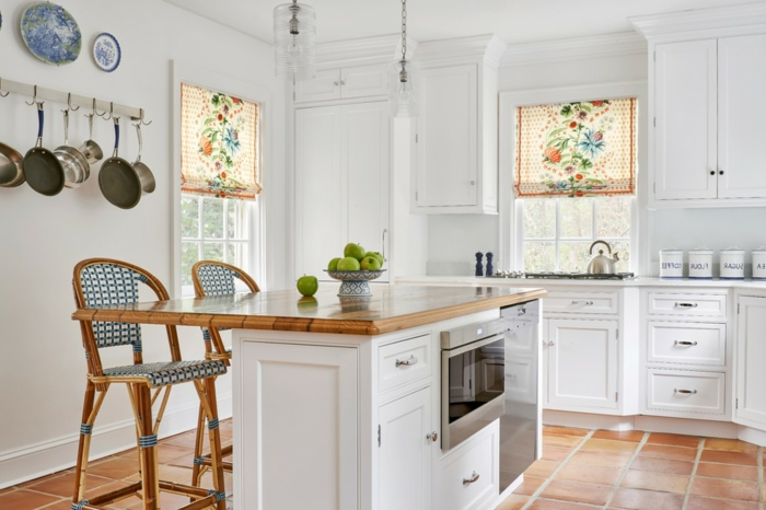ikea cortinas, preciosa cocina blanca en estilo provenzal con cortinas con ornamentos, armario con encimera de madera funcional