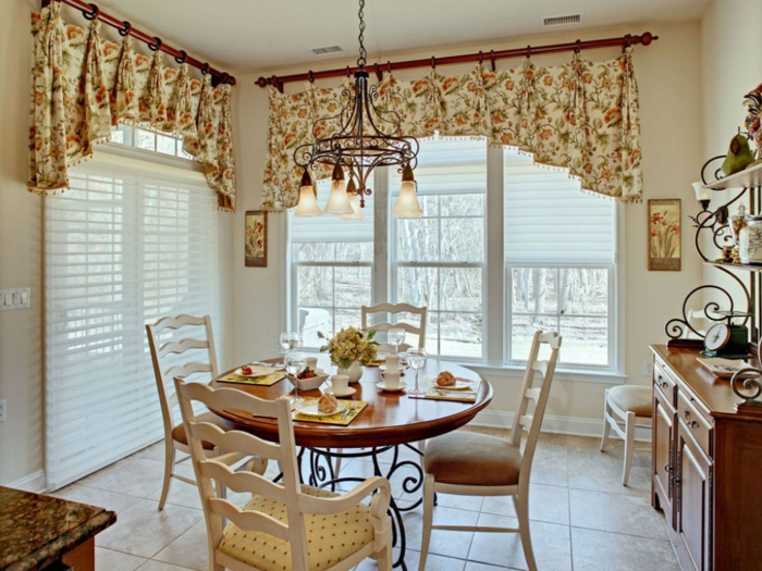 ikea cortinas, cortinas coquetas en volantes con estampados de rosas amarillas, comedor pequeño en estilo vintage