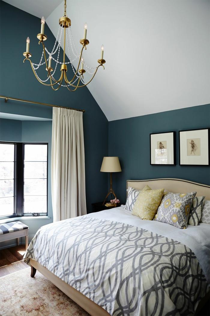propuesta con cuadros ikea, dormitorio en estilo clásico con techo inclinado y paredes en blanco y azul