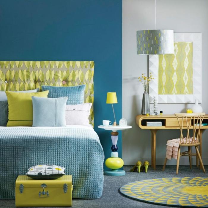 dormitorio matrimonio decorado en azul y verde claro, estampados parecidos, cuadros ikea decorativos
