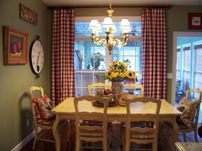 cortinas baratas, cocina acogedora con comedor de madera, cortinas coquetas con estampado de cuadrados en rojo y blanco