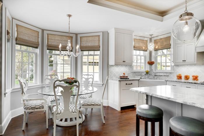 cortinas de cocina, bonito interior en estilo vintage decorado en blanco, muchas ventanas con estores de bambú