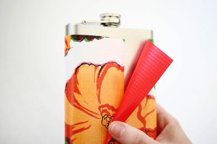 como decorar una petaca, diseño atractivo, manualidades con botellas paso a paso, papel pintado con estampado de flores