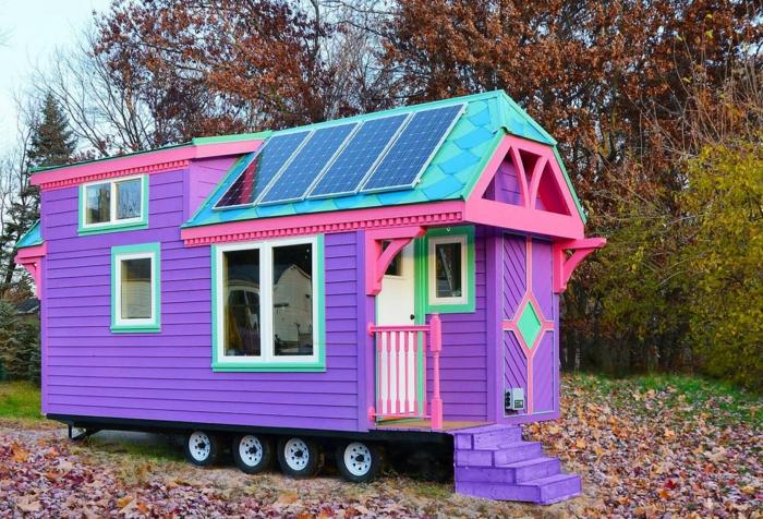 casas moviles, bonita casa en ruedas en colores llamativos, revestimiento de madera en lila, azul y verde