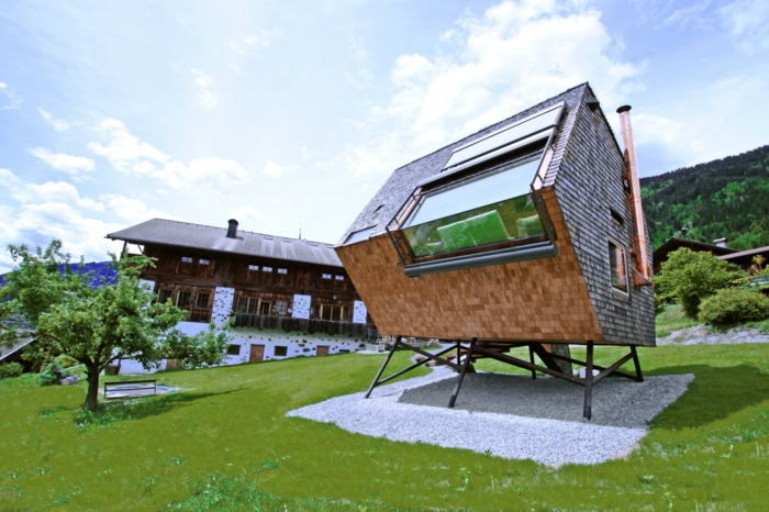 mini casas de ensueño, interesenate diseño, casa original de forma asimétrica colocada en una plataforma de metal, construcción interesante y moderna