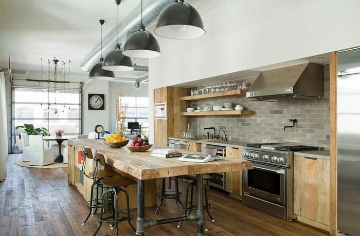 grande cocina con muebles de madera, comedor moderno en nuevo estilo, suelo de pared y lámpara en forma de campaña