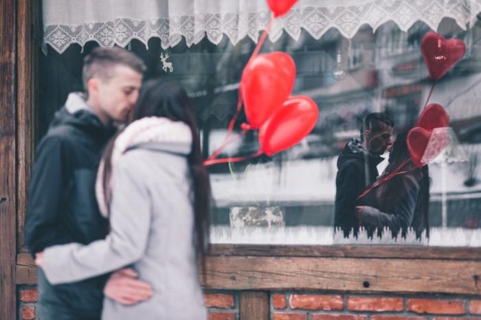 como sorprender a tu pareja para el día de san valentin, sorpresa con globos rojos en forma de corazón, pareja enamorada
