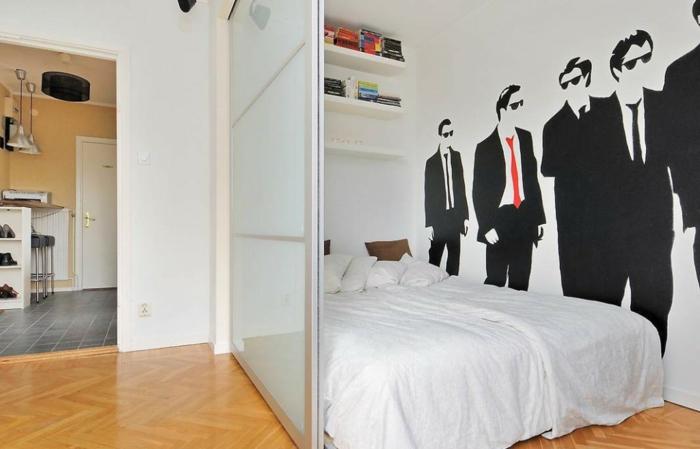 biombos ikea, dormitorio acogedor, separador de habitaciones de cristal, paredes con vinilo decorativo moderno y suelo de parquet